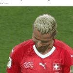 Depois de fazer essa cara para ironizar o Neymar, Behrami virou persona non grata na internet brasileira - Reprodução/Twitter