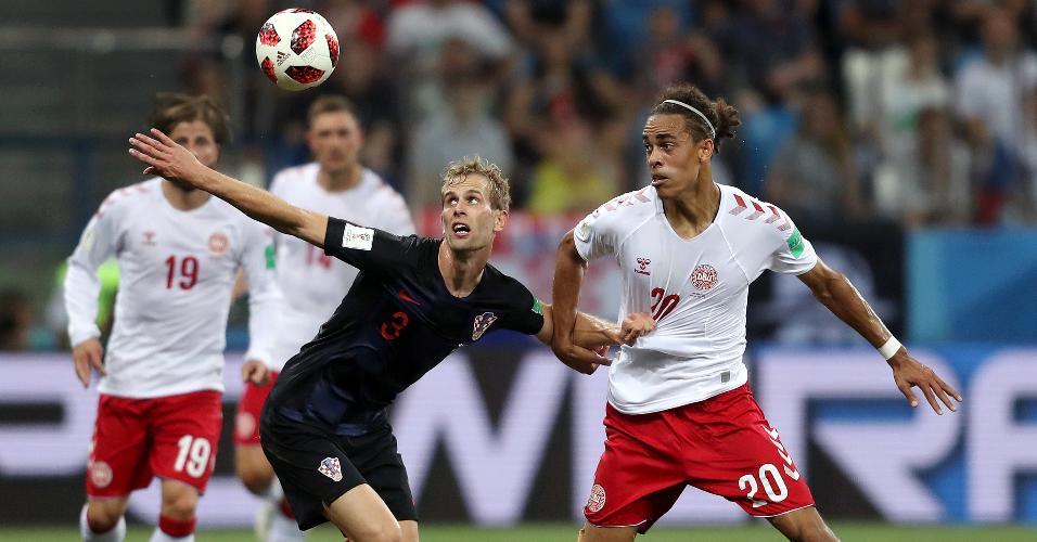 Yussuf Yurary Poulsen, da Dinamarca, participa de dividida com Ivan Strinic, da Croácia