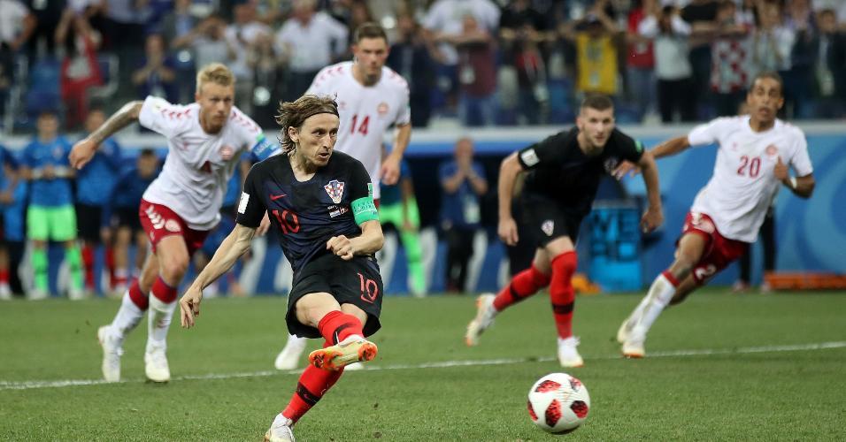 Luka Modric cobra pênalti no jogo entre Croácia e Dinamarca