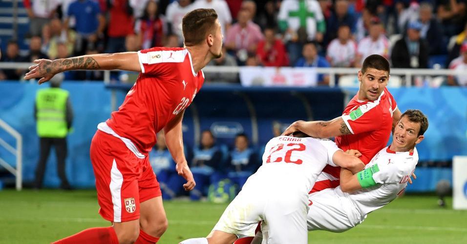 Além de Stephan Lichtsteiner, Fabian Schär também se envolveu em lance polêmico com Aleksandar Mitrovic em Sérvia x Suíça