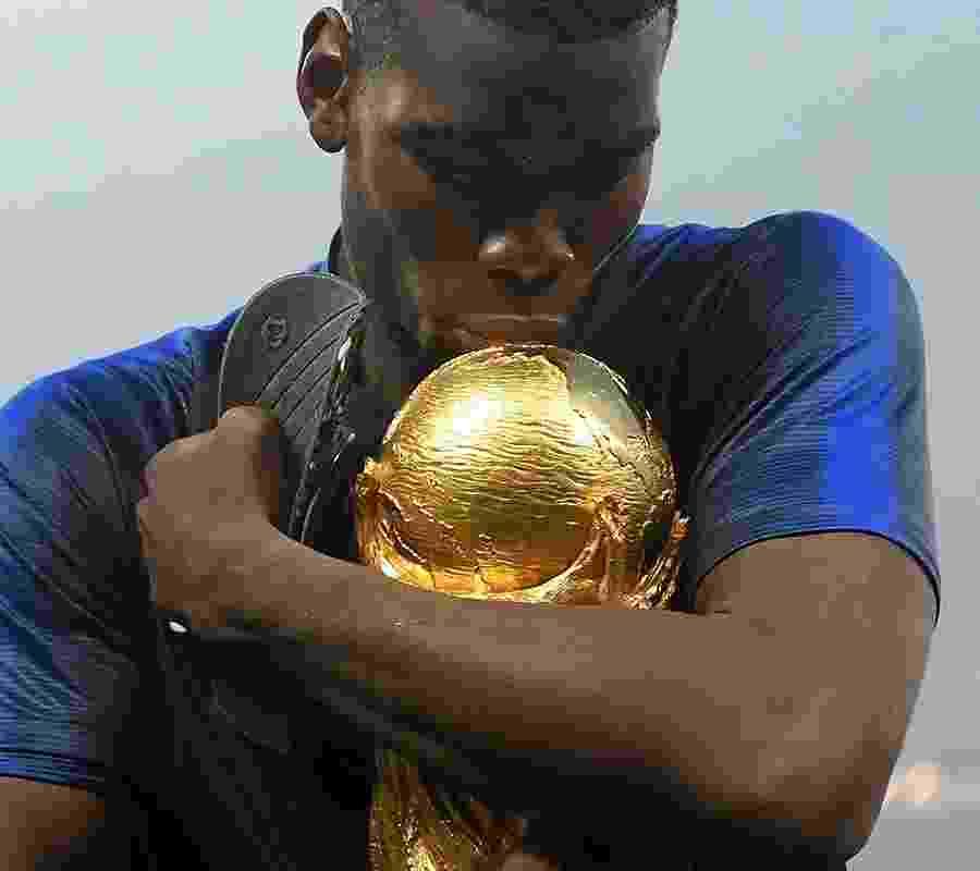 Paul Pogba agarra a taça da Copa do Mundo - Mike Hewitt - FIFA/FIFA via Getty Images