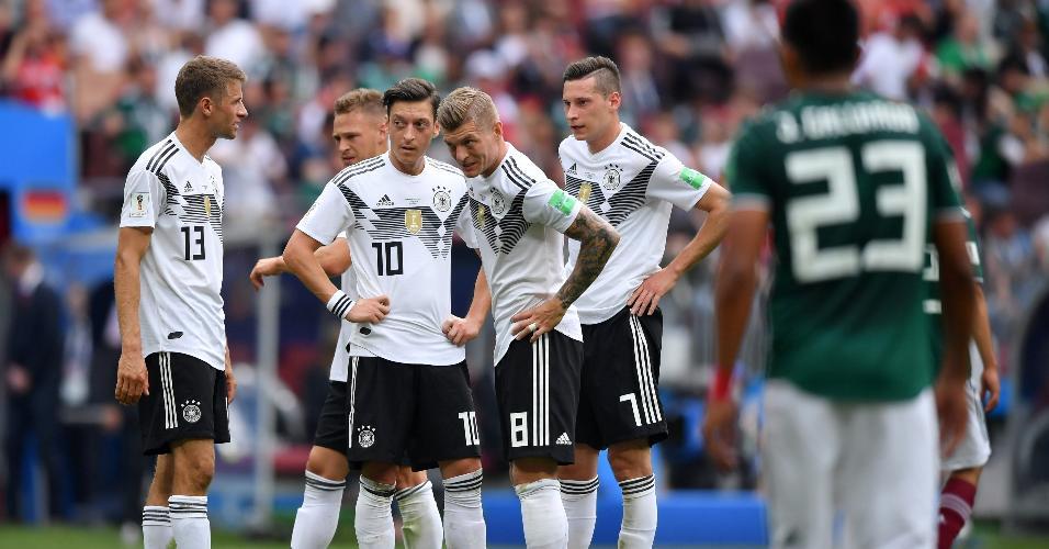 Jogadores da Alemanha lamentam após gol do México
