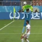 O goleiro do Irã estava doido para entregar a paçoca no começo do jogo e deixou a bola escorregar das mãos neste lance - Reprodução/Twitter