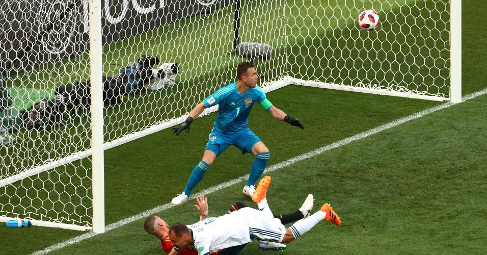 Sergey Ignashevich, da Rússia, faz gol contra para a Espanha e abre o placar