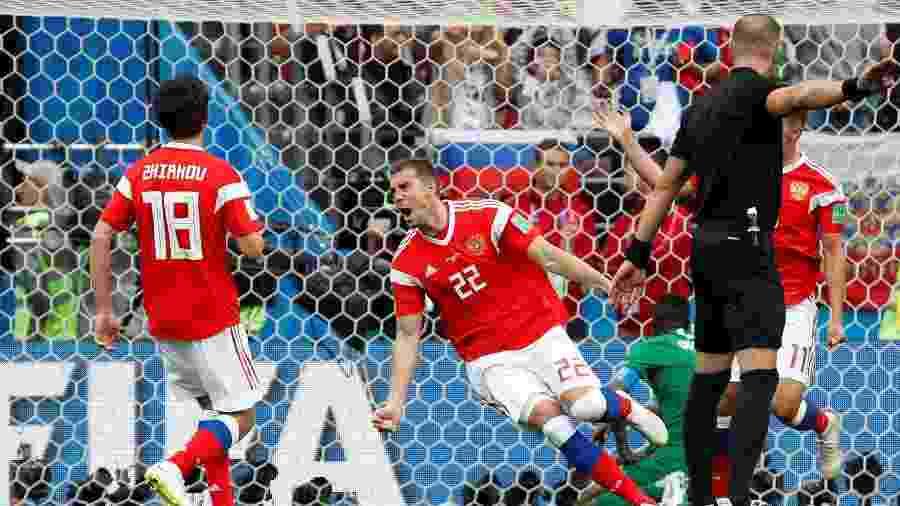 Atacante da Rússia espera ajuda de  deuses do futebol  para vencer Espanha 5bfb66e32eb8e