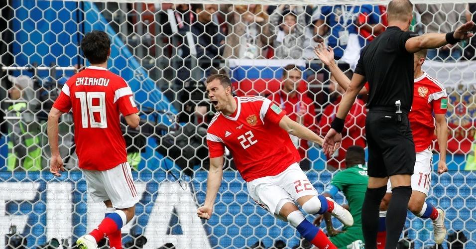 Artem Dzyuba, da seleção da Rússia, comemora ao marcar gol sobre a Arábia Saudita