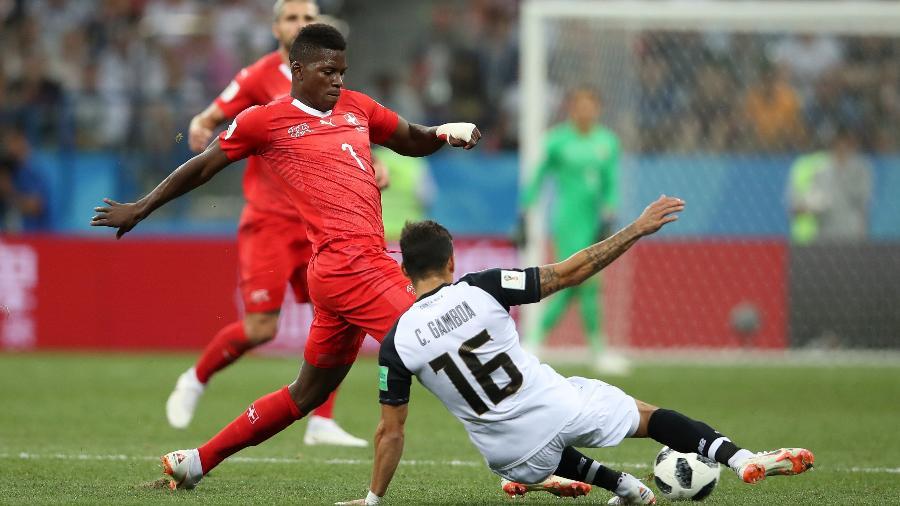 Cristian Gamboa, da Costa Rica, e Breel Embolo, da Suíça, durante o jogo - Clive Brunskill/Getty Images