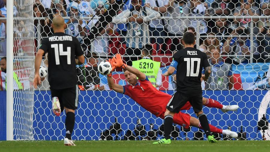 Goleiro da seleção da Islândia, Hannes Halldorsson defende pênalti cobrado por Lionel Messi - Matthias Hangst/Getty Images