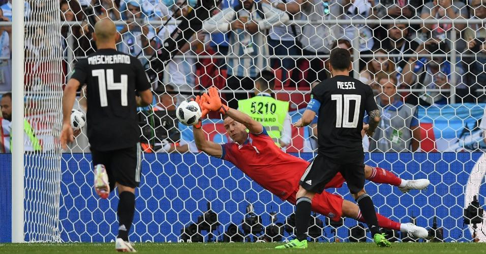 Goleiro da seleção da Islândia, Hannes Halldorsson defende pênalti cobrado por Lionel Messi