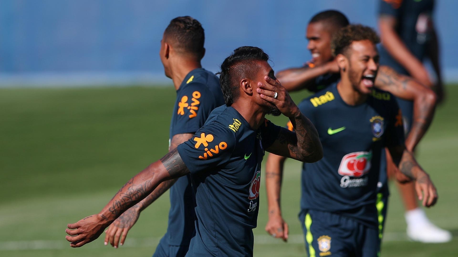 Paulinho e Neymar dão risada durante treino da seleção brasileira