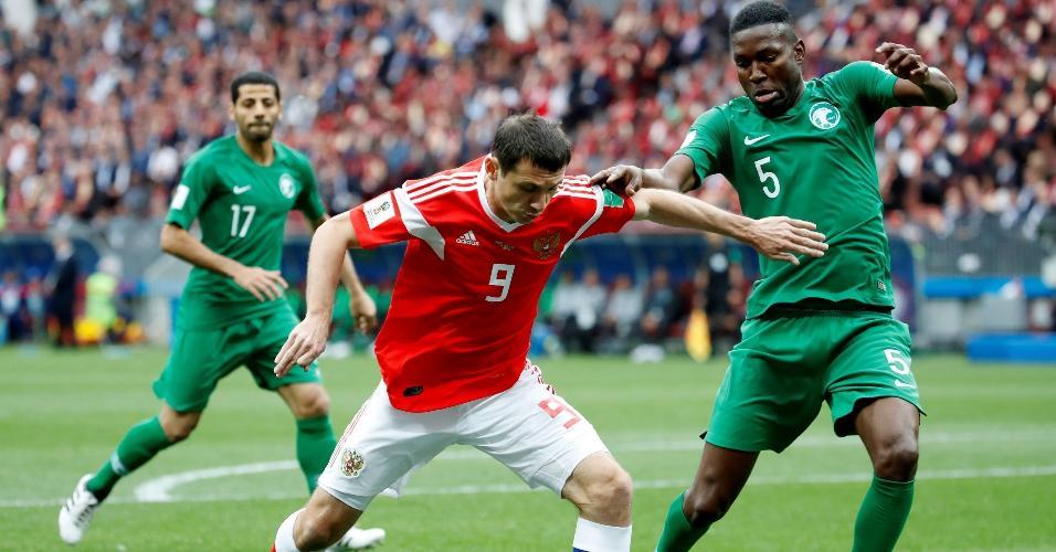 Omar Hawsawi, da Arábia Saudita, tenta marcar Alan Dzagoev, da seleção russa