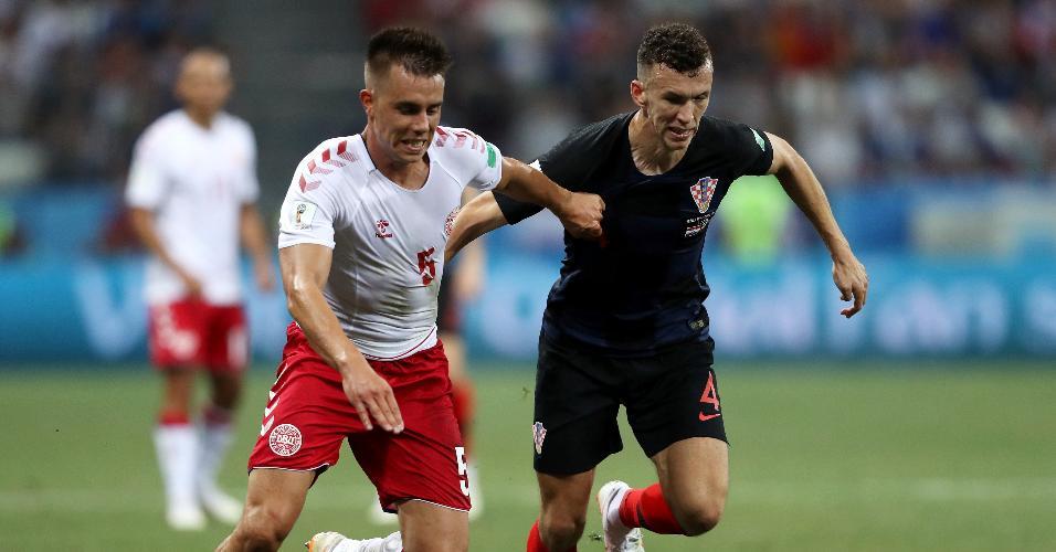 Jonas Knudsen, da Dinamarca, disputa bola com Ivan Perisic, da Croácia