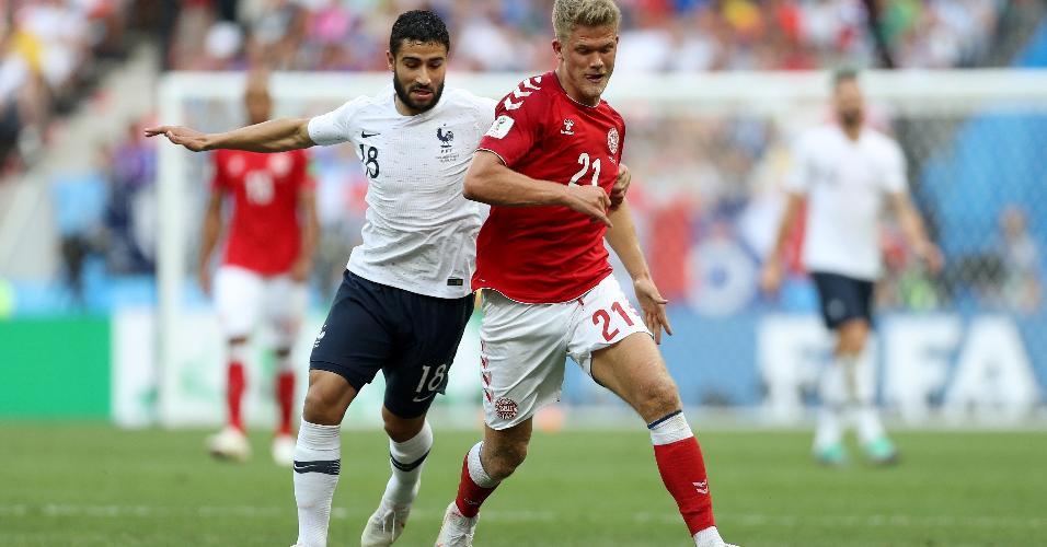 Andreas Cornelius, da Dinamarca, disputa bola com Nabil Fekir