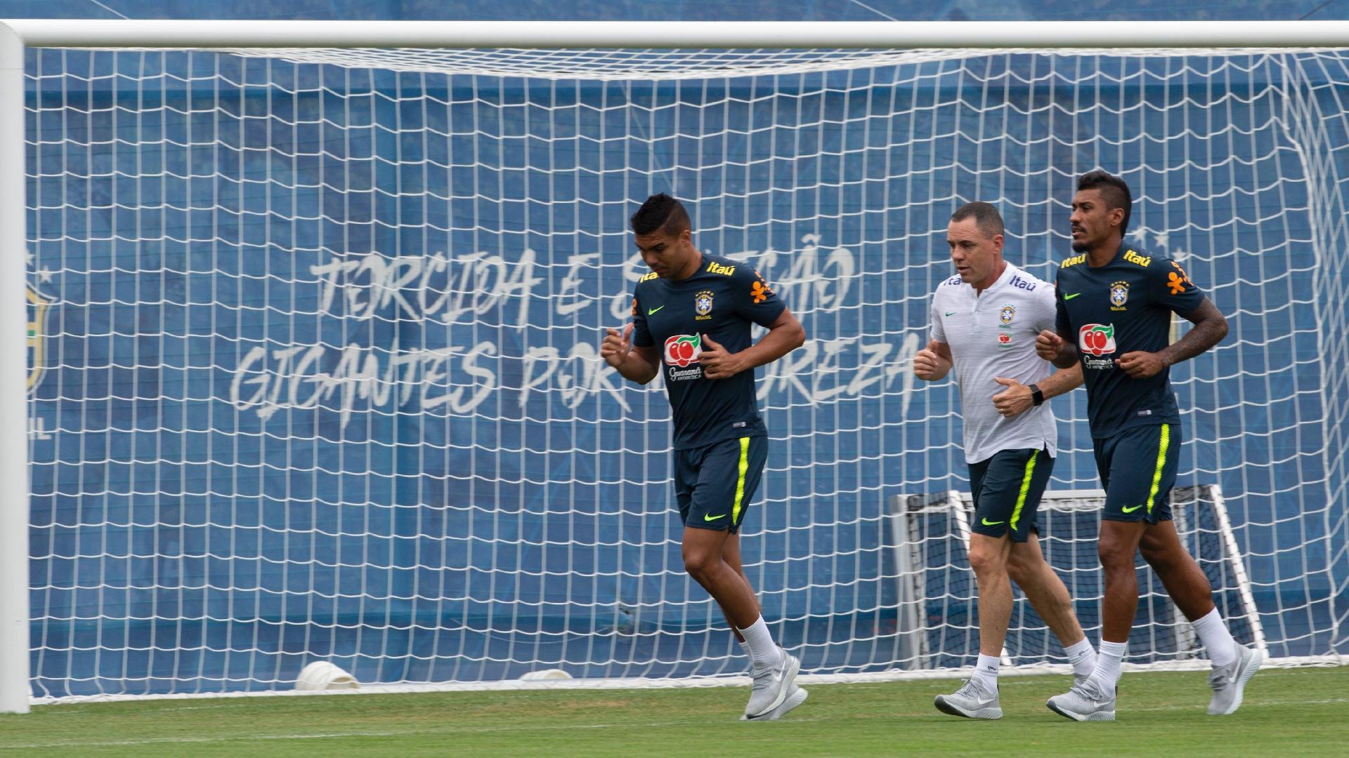 Titulares, Casemiro e Paulinho correm ao redor do campo
