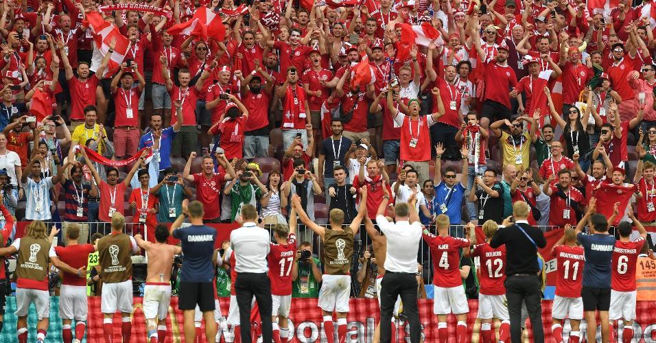 Jogadores da Dinamarca comemoram classificação às oitavas com a torcida após empate contra a França
