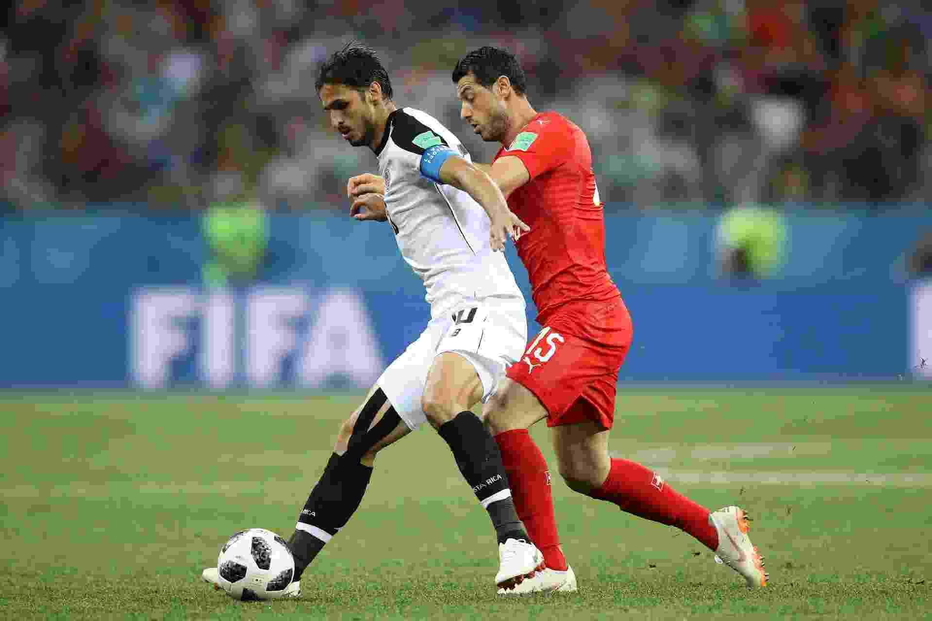 Bryan Ruiz, da Costa Rica, disputa bola com o suíço Blerim Dzemaili durante o jogo - Clive Mason/Getty Images