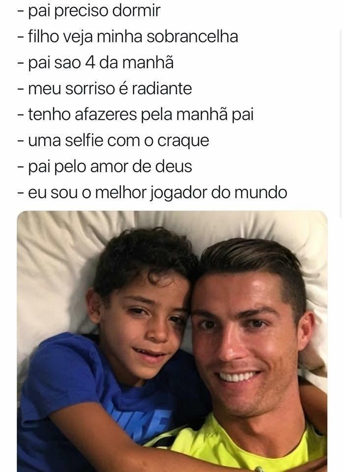 Cristiano Ronaldo e filho Júnior deitados