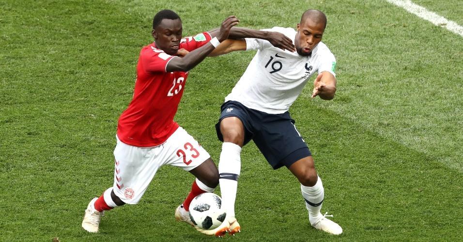 Pione Sisto, da Suíça, disputa bola com Sidibé, da França