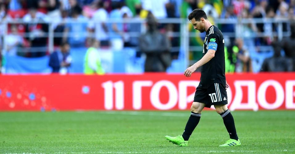 Lionel Messi lamenta durante jogo contra a Islândia