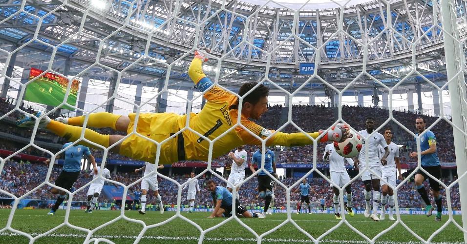 Hugo Lloris faz defesa espetacular, evitando o empate do Uruguai na etapa inicial. Goleiro impediu o gol de Cáceres
