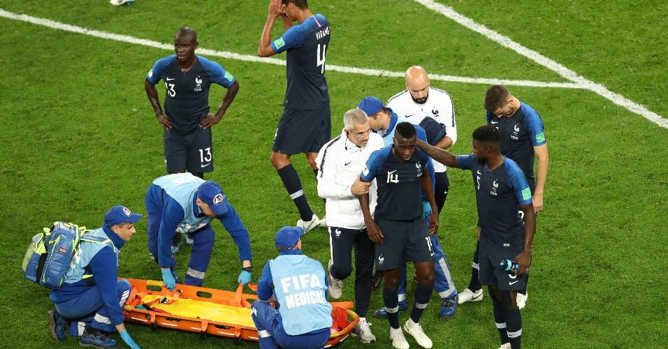 Blaise Matuidi, da França, sai de campo com assistência médica
