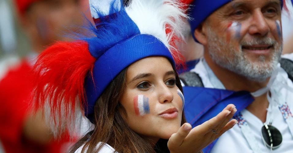 Torcedora francesa comparece ao estádio Luzhniki para jogo contra a Dinamarca