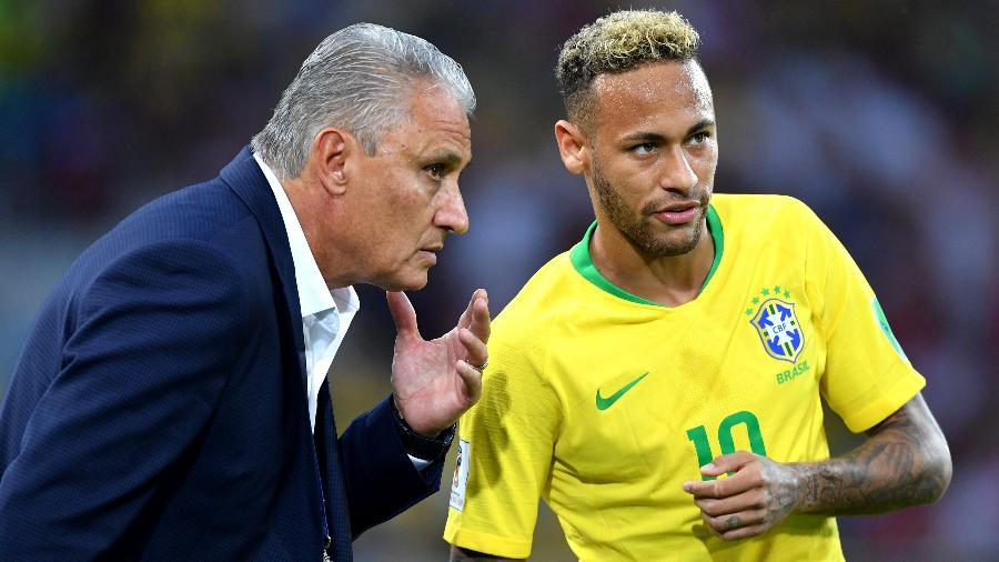 O técnico Tite passa orientações para Neymar durante o jogo entre Brasil e Sérvia - Stuart Franklin - FIFA/FIFA via Getty Images