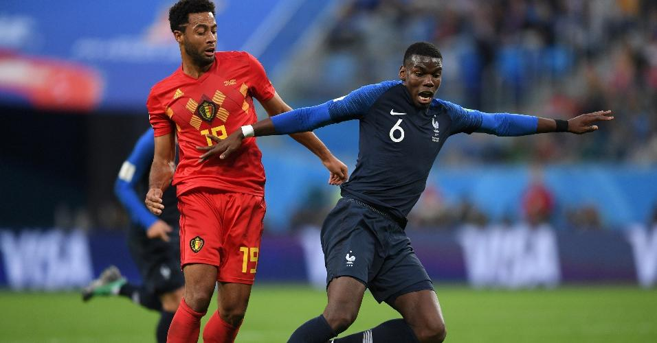 Paul Pogba, da França, em lance disputado com o belga Mossua Dembélé