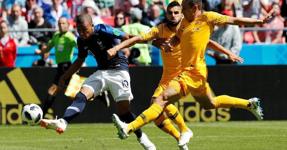 Mbappé arrisca primeira finalização com perigo na partida