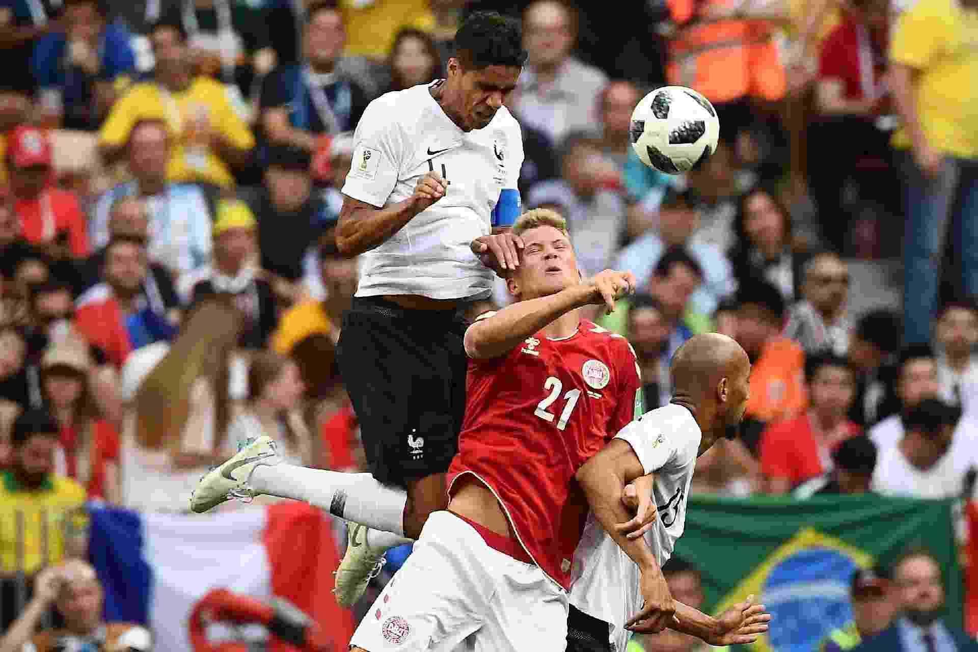 Raphael Varane disputa jogada no alto com Andreas Cornelius - AFP