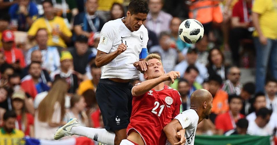 Raphael Varane disputa jogada no alto com Andreas Cornelius
