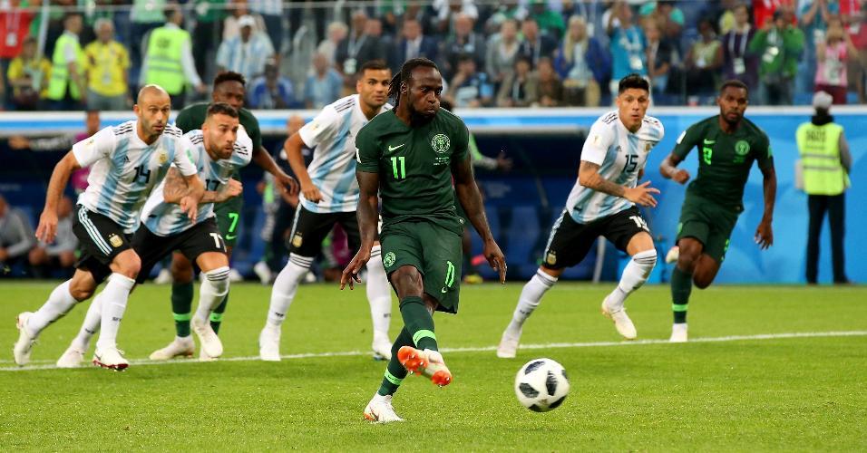 Victor Moses cobra pênalti para a Nigéria em jogo contra a Argentina