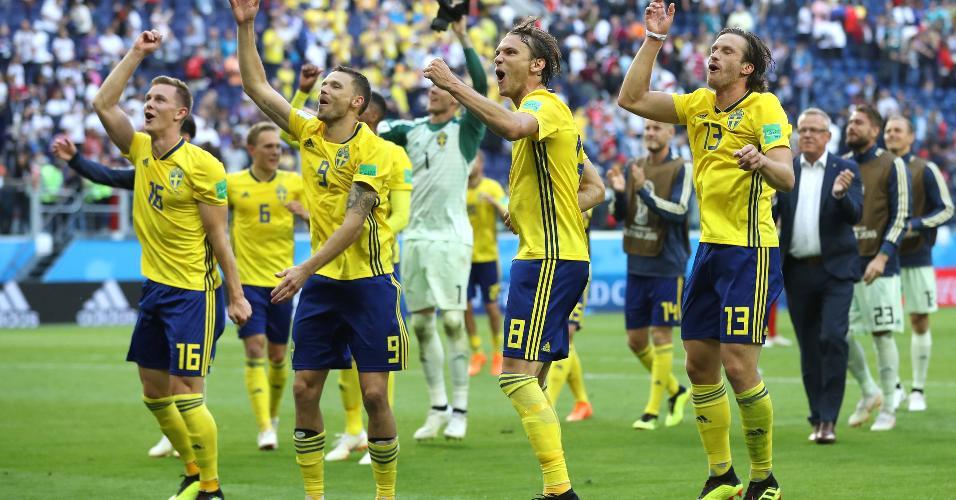 Jogadores da Suécia comemoram a classificação para as quartas de final