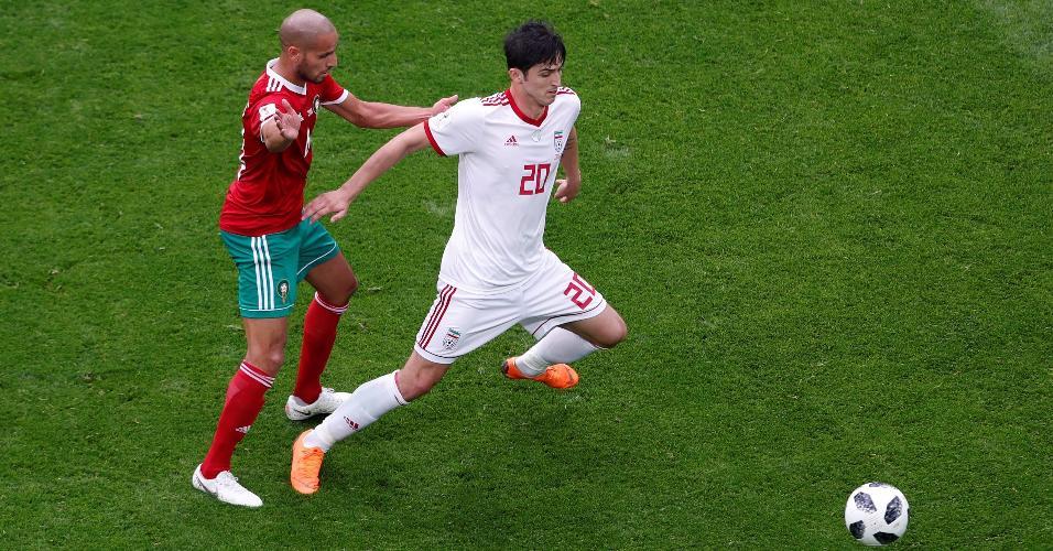 Sardar Azmoun, do Irã, tenta se livrar da marcação de Karim El Ahmadi, do Marrocos