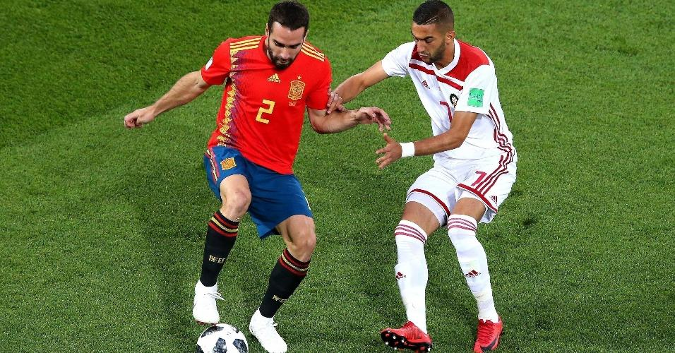 Em um dos primeiros lances da partida, Daniel Carvajal, da Espanha, é desafiado por Hakim Ziyach, do Marrocos