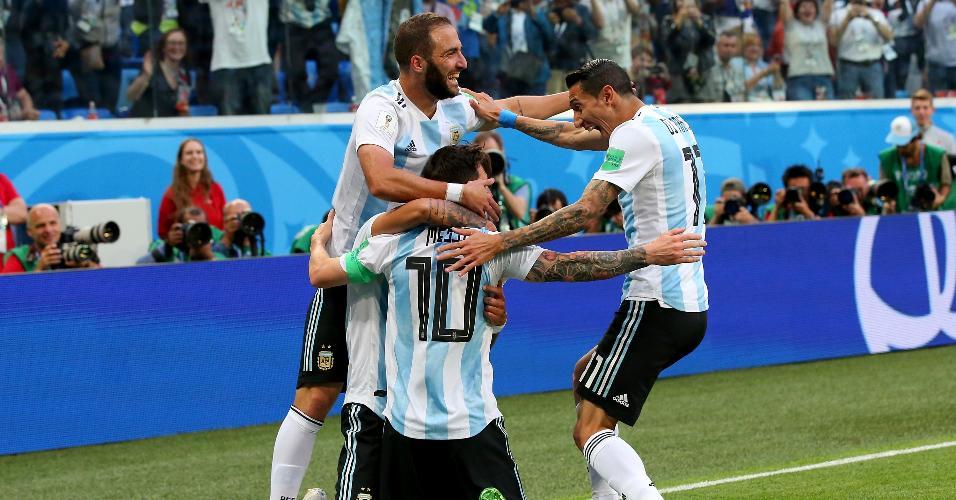Jogadores da Argentina comemoram gol de Lionel Messi conra a Nigéria
