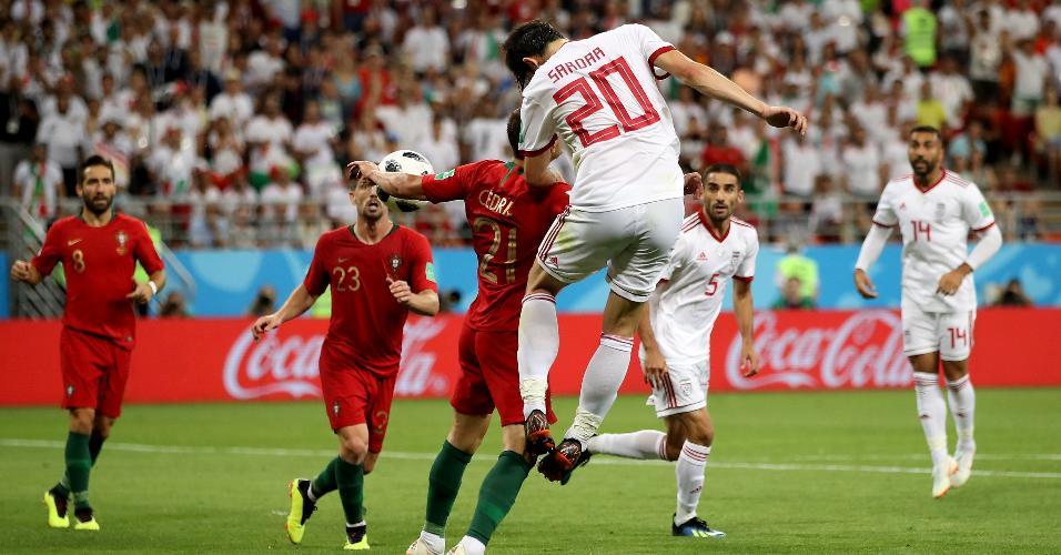 Cedric Soares fez pênalti para o Irã após encostar na bola com o braço dentro da área de Portugal