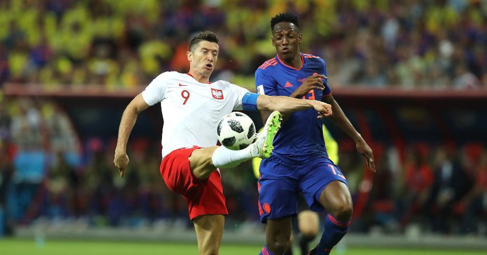 Robert Lewandowski, da Polônia, disputa bola com Yerry Mina, da Colômbia