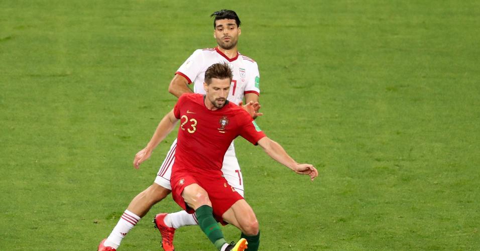 Adrien Silva, de Portugal, disputa bola com Mehdi Taremi, do Irã