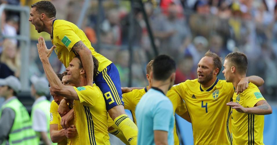 Emil Forsberg, da Suécia, comemora com companheiros o gol que abriu o placar contra a Suíça