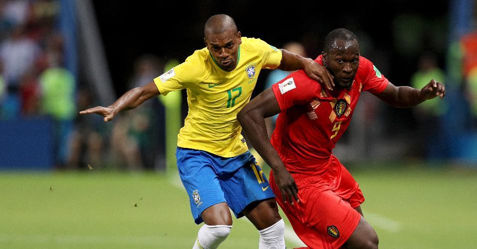 Fernandinho e Romelu Lukaku disputam bola durante o jogo entre Brasil e Bélgica