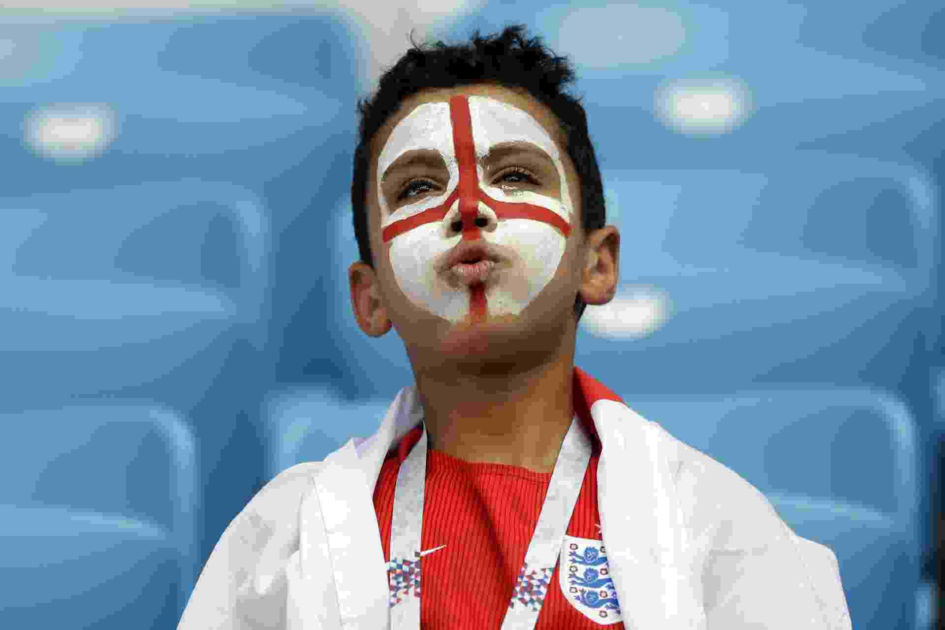 Menino com a bandeira da Inglaterra pintada no rosto - Menino com a bandeira da Inglaterra pintada no rosto