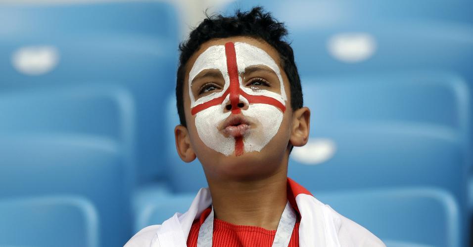 Menino com a bandeira da Inglaterra pintada no rosto