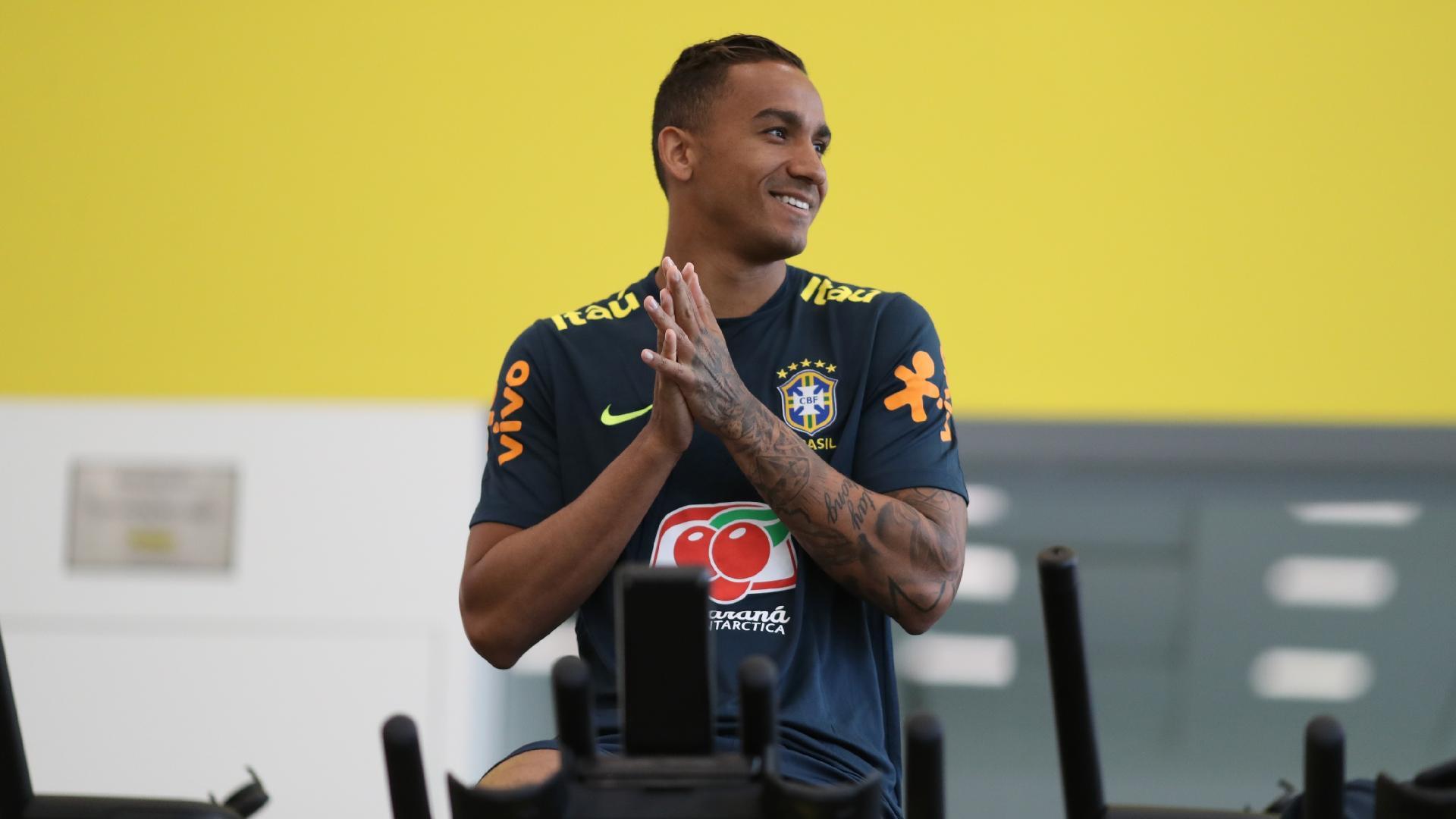 Lateral Danilo passa por avaliação física
