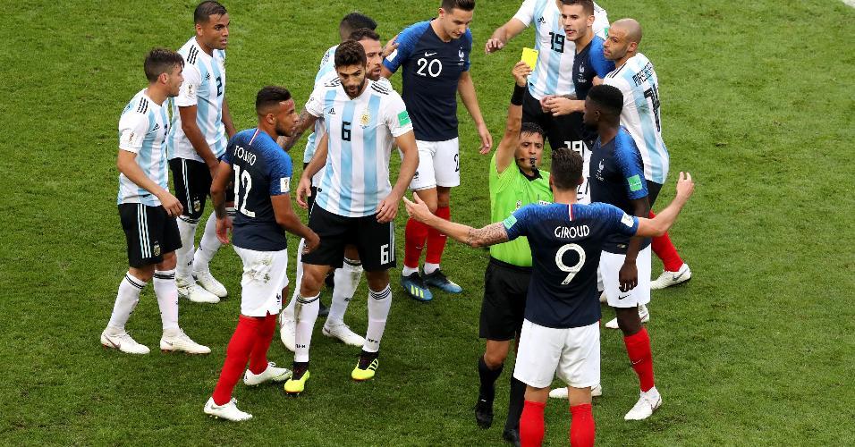 Giroud recebe cartão amarelo após desentendimento entre jogadores de França e Argentina