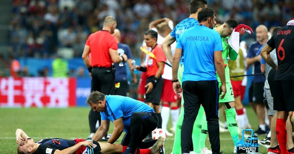 Domagoj Vida é atendido após o jogo entre Croácia e Dinamarca chegar à prorrogação