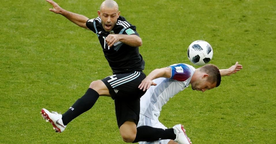 Mascherano, da seleção argentina, disputa bola com Gylfi Sigurdsson, da Islândia
