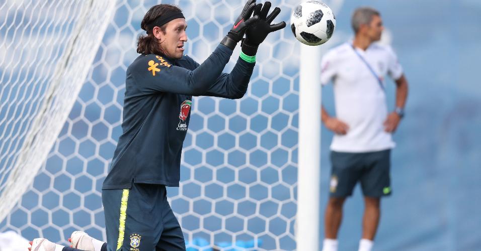 Cássio faz defesa durante treino da seleção brasileira