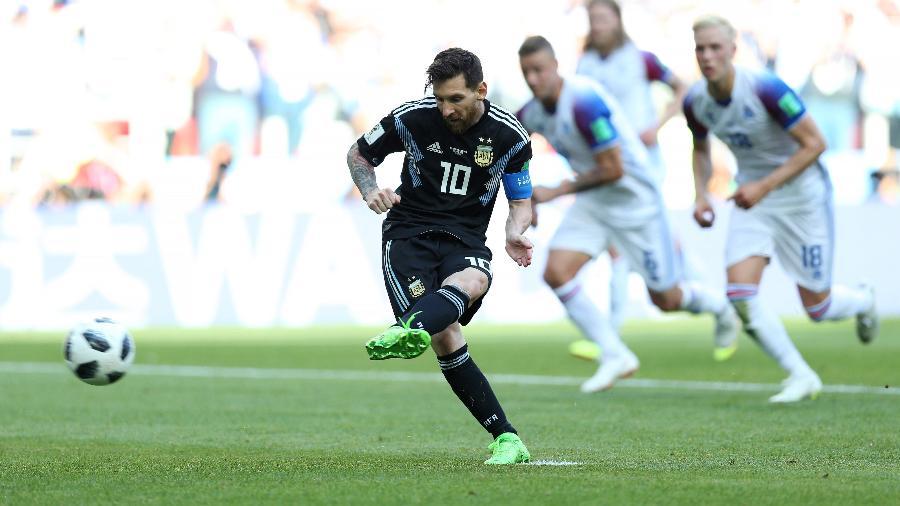 Lionel Messi cobra pênalti pela seleção da Argentina no duelo contra a Islândia - Gabriel Rossi/Getty Images