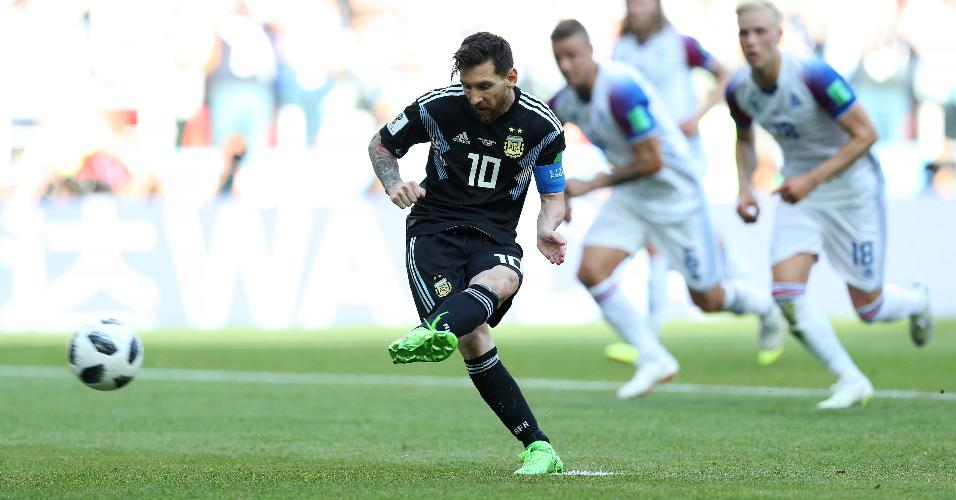 Lionel Messi cobra pênalti pela seleção da Argentina no duelo contra a Islândia